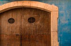 在街道的艺术-装饰的蓝色系船柱 免版税库存照片