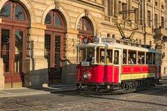 在街道的葡萄酒红色电车在作为布拉格和捷克的标志的历史中心 图库摄影