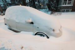 在街道的被埋没的汽车在雪风暴期间在蒙特利尔加拿大 免版税库存图片