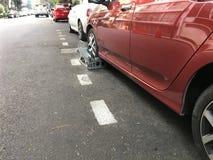 在街道的被夹紧的汽车 库存照片
