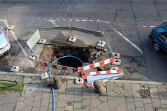在街道的被挖掘的坑修理的工作 库存照片