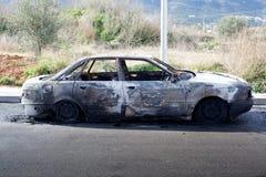 在街道的被烧光的汽车 库存照片
