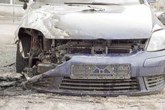 在街道的被烧的汽车 免版税库存照片