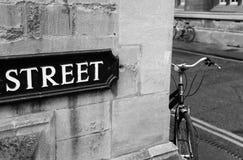 在街道的角落的自行车 免版税库存图片