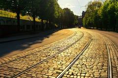 在街道的路面的弯曲的电车路轨 免版税库存图片