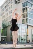 在街道的跳芭蕾舞者跳舞 免版税库存图片