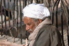 在街道的遏制的老阿拉伯开会在清真寺附近的 库存图片