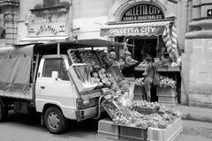 在街道的销售在瓦莱塔,未认出的人民 免版税库存图片