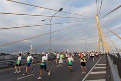 在街道的马拉松运动员 免版税图库摄影