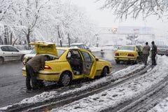 在街道的黄色出租汽车在多雪的天 库存照片