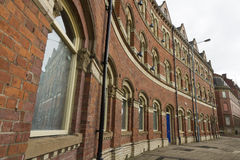 在街道的维多利亚女王时代的红砖三层的行 免版税库存照片