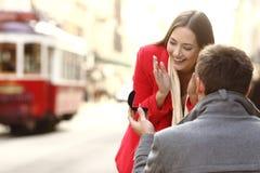 在街道的结婚提议 图库摄影