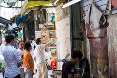 在街道的年轻画家绘画图片 免版税库存照片