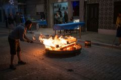 在街道篝火的灼烧的木头圣地佩德罗节日的在波瓦-迪瓦尔津,葡萄牙 库存图片