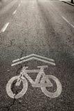 在街道绘的自行车符号 免版税库存图片