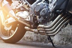 在街道背景的现代摩托车和尾气细节 库存图片