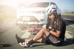 在街道自行车伤害的亚洲骑自行车者 库存图片
