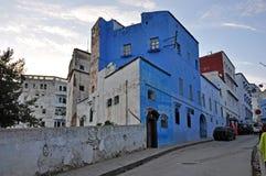 在街道舍夫沙万上的高古老房子在摩洛哥 免版税图库摄影
