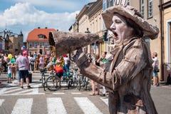 在街道节日-街道执行者和演员国际会议的鼓吹妇女参政的妇女生存雕象  免版税库存图片
