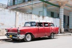 在街道被破坏停放的老汽车 免版税库存图片