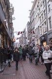 在街道走的人民和移动的车上 免版税库存照片
