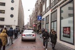 在街道走的人民和移动的车上 库存图片