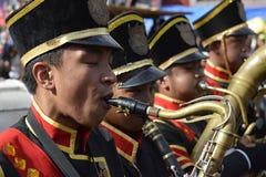 在街道陈列的男性乐队成员戏剧萨克斯管在每年军乐队陈列时 库存照片