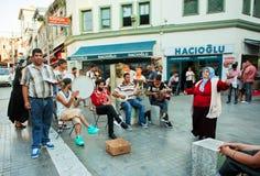 在街道音乐家附近的妇女跳舞在土耳其 免版税库存图片