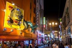 在街道食物的夜生活在大阪市的中心 库存图片