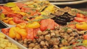 在街道食物节日的很多食物 烤肉蘑菇和菜:蕃茄,辣椒粉,土豆,夏南瓜与 股票视频