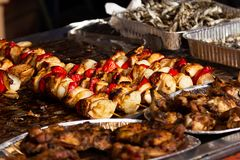 在街道食物节日阿尔巴尤利亚的猪肉串 免版税库存图片
