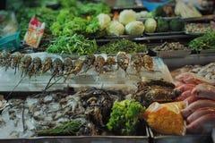 在街道食物餐馆chelf的新海鲜和菜显示  库存图片