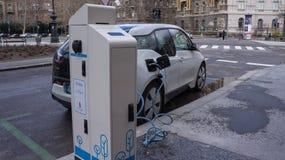在街道驻地的充电的现代电车在布达佩斯 免版税库存照片