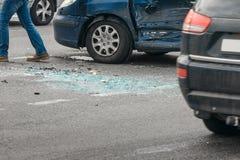 在街道,在碰撞以后的损坏的汽车上的车祸事故在城市 免版税库存图片