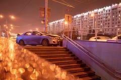在街道,在碰撞以后的损坏的汽车上的车祸事故在城市 库存照片