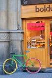 在街道,巴塞罗那,西班牙上的面包店骑自行车 免版税库存图片