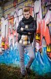 在街道画墙壁上的时尚男性画象 免版税图库摄影