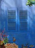 在街道画墙壁上的蓝色窗口 免版税库存图片