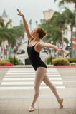 在街道水平的优美的芭蕾姿势 库存照片