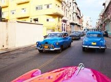 在街道2013年1月27日上的老美国减速火箭的汽车在哈瓦那旧城,古巴 库存照片