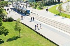 在街道Cours约翰・肯尼迪上的电车轨道在南特 免版税图库摄影