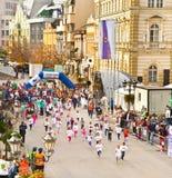 在街道d上的未认出的赛跑者在诺维萨德,塞尔维亚 库存图片
