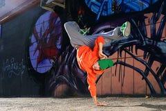 在街道graffity墙壁上的男孩跳舞 向量例证