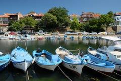在街道Kraybrezhna和小船上的看法2015年7月19日在索佐波尔镇,保加利亚 库存图片