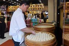 在街道s的著名传统澳门杏仁饼生产 免版税库存图片