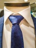 在衣服、衬衣和领带组合的新趋向-海军衣服和领带-白色衬衫 库存图片