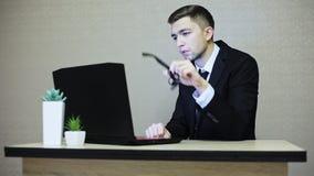 在衣服和玻璃工作的商人在膝上型计算机, 影视素材
