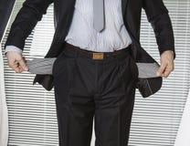 在衣服的商人与空的口袋 免版税库存图片