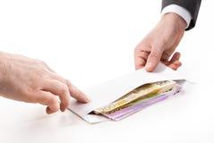 在衣服的商人收取贿款 免版税库存图片
