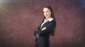 在衣服的年轻成功的美丽的女实业家画象 免版税库存照片